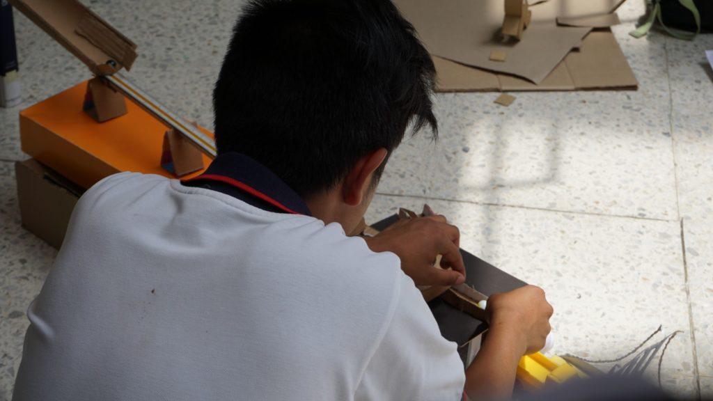 Estudiante armando Maquina de Goldberg